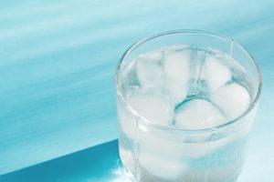 verre d'eau avec glaçons